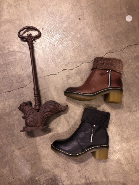 Short boots with bores